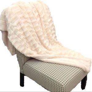 Accessories - NWT beige faux fur plush SOFT throw blanket wrap